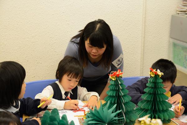 我们教小朋友制作,剪裁并鼓励小朋友自己发挥创意设计圣诞树的造型图片